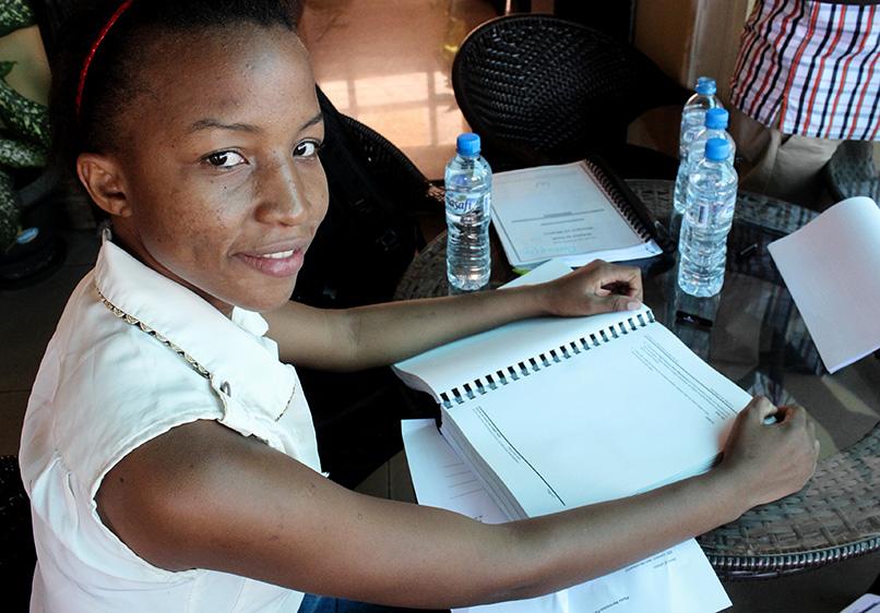Evelyn, 20 ans, est l'une des étudiantes de l'université locale qui a participé à l'atelier d'adaptation du programme des CARREFOURs EQWIP – EQWIP HUBs à Dar es-Salaam, en Tanzanie, au mois de décembre 2015. Référence photographique : Hilary Duff